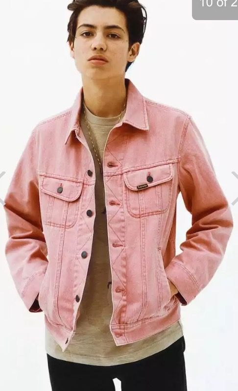 I need a pink denim jacket. This is perfection. Throw a few pins ...