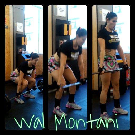 Mulher marombeira treina pesado.
