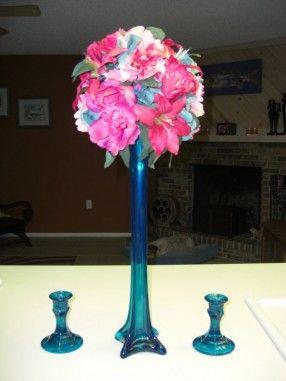 Neat Centerpiece Idea With Eiffel Tower Vase