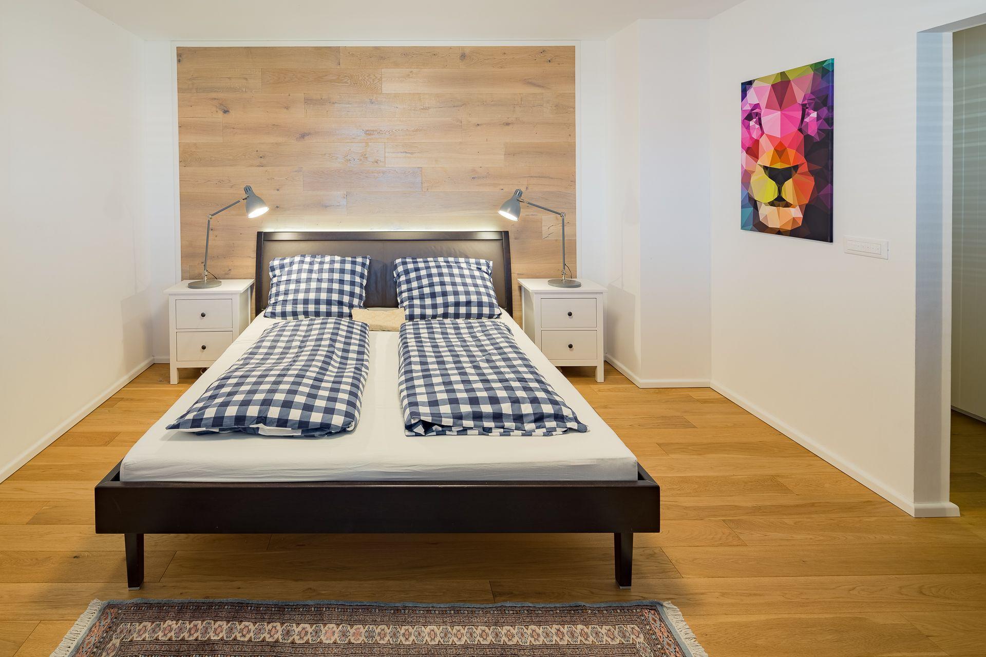 Schlafzimmer Mit Holzwand Hinter Dem Bett Und Ausdruckstarkem Bild