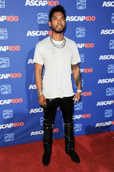 Miguel optó por un pantalon negro de cuero y camisa blanca para asistir a los Rhythm And Soul. http://on-msn.com/1iCDsCj