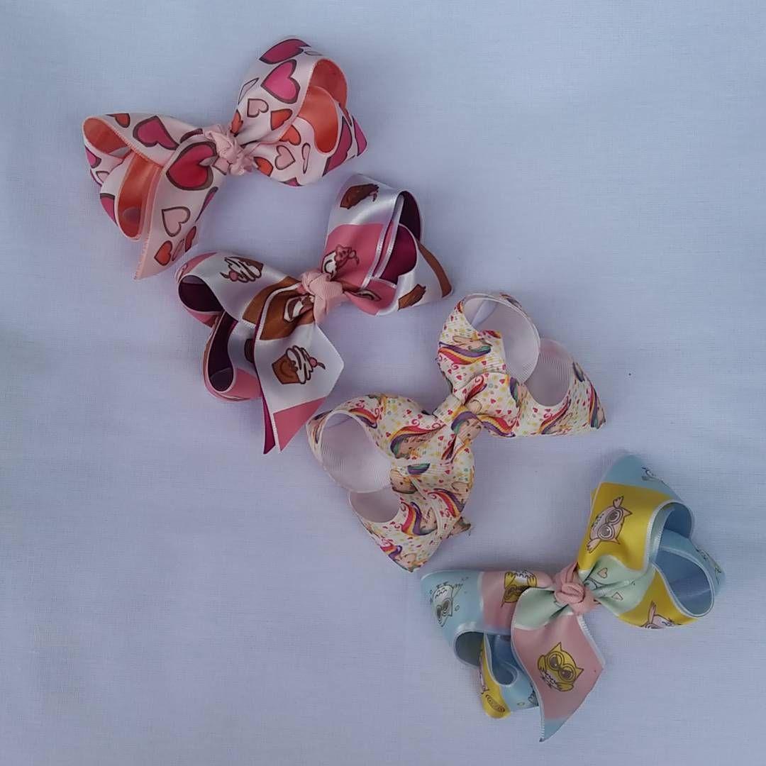 Laço boutique em fita de gorgurão e cetim estampada.Disponível no bico de pato, na tiara ou na faixa de meia. Temos outras cores disponíveis.