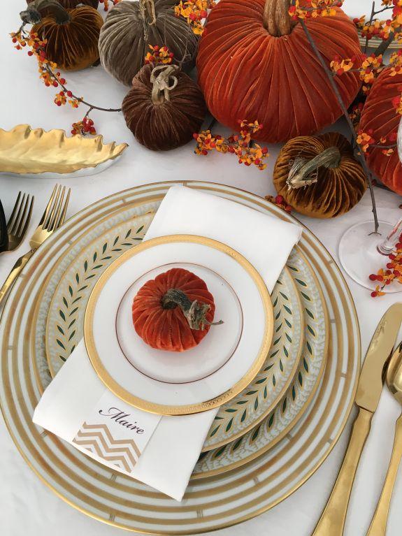 How to set a beautiful table. Velvet pumpkins, bittersweet berries ...