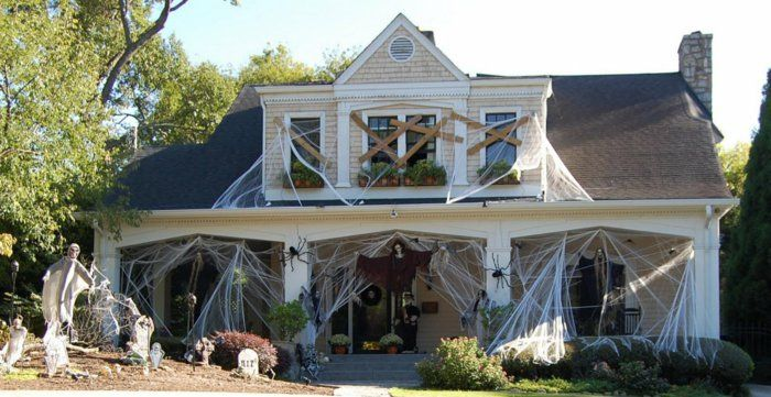 Diy Halloween Decoration For A Spooky Outdoor Atmosphere Outside Halloween Decorations Halloween Haunted Houses Halloween Porch