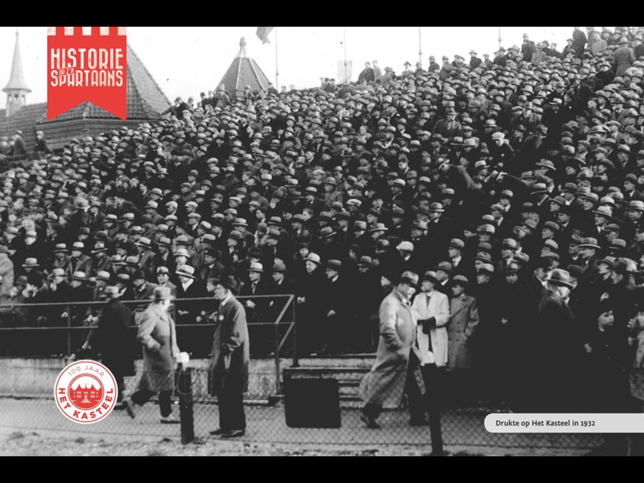 1932 Kasteel tribune vol met hoeden en petten
