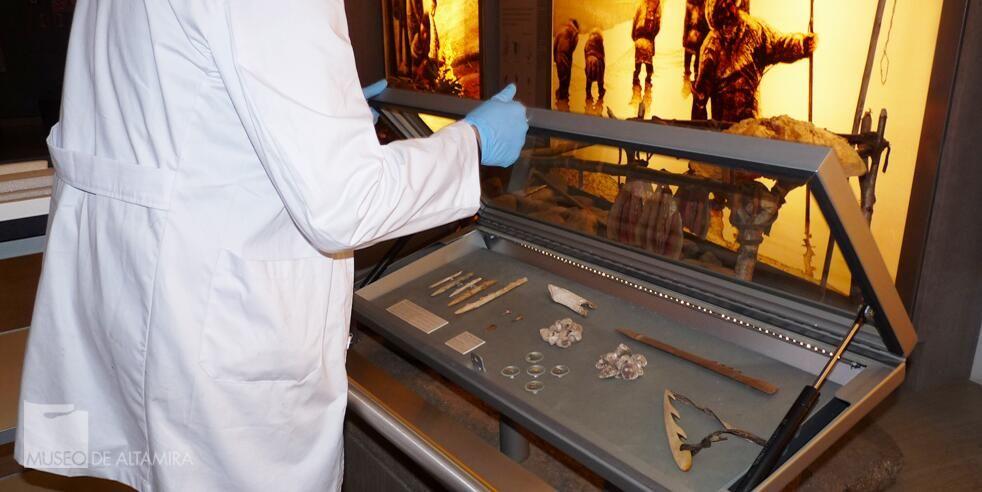 Museo de Altamira @Asun Martínez Con la azagaya, junto a otras herramientas, contamos la 1ª forma de vida. #lunesenelmuseo #MuseumWeek #DayInTheLife