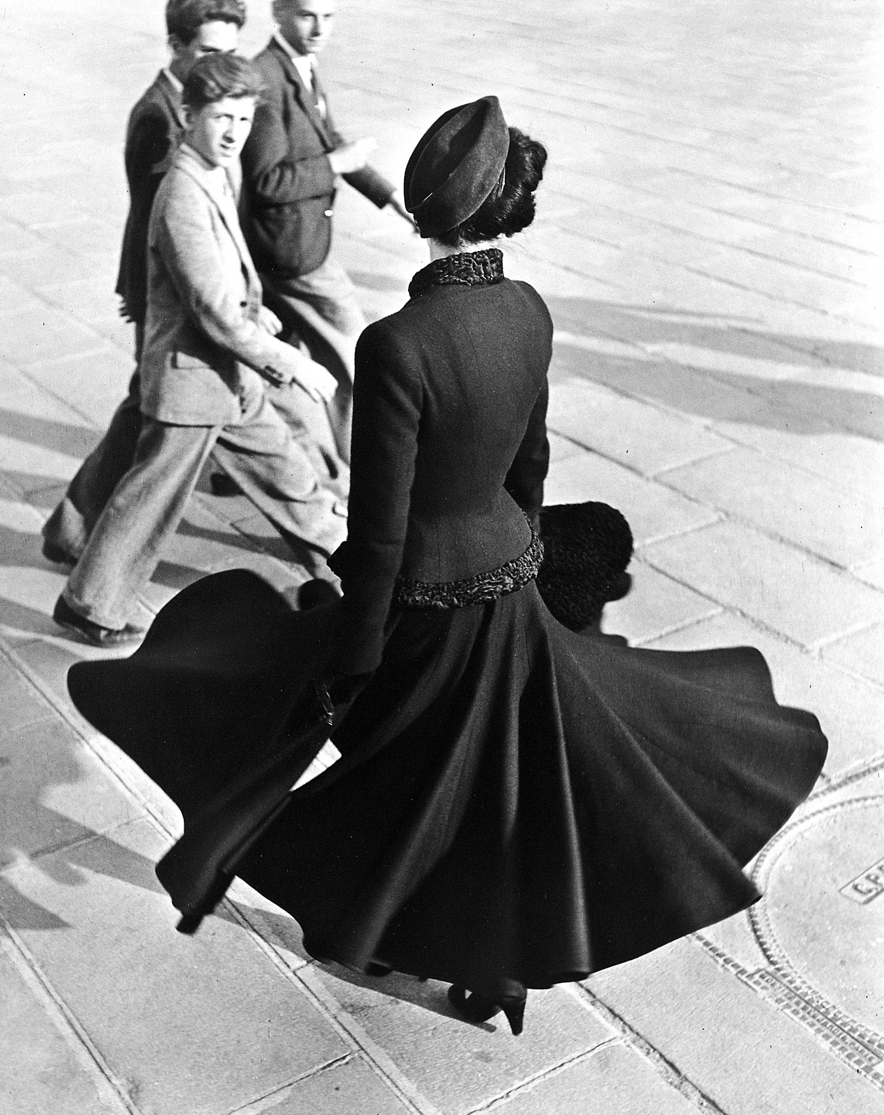 Christian Dior, The New Look - August 1947 - Place de la Concorde, Paris - Photo by Richard Avedon - http://www.avedonfoundation.org/