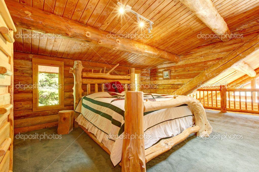 blockhaus schlafzimmer unter großen holzdecke mit queen-size-bett, Schlafzimmer