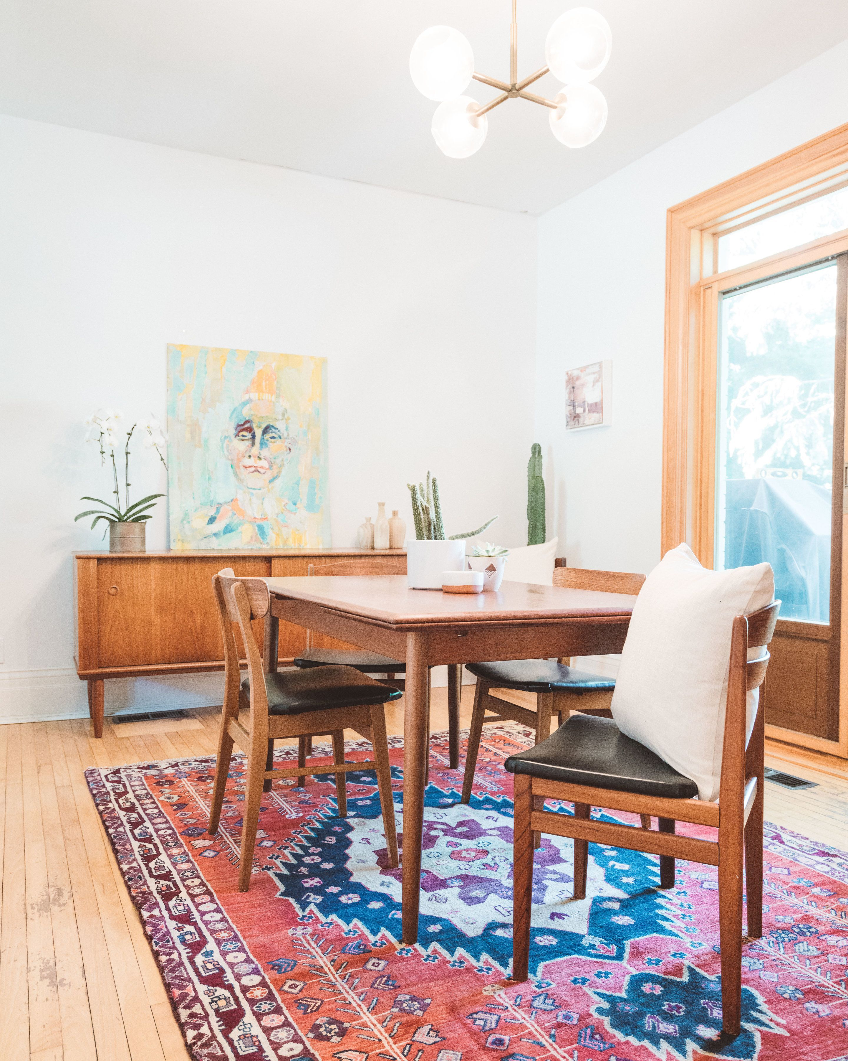 This Vintage Persian Rug Is A Great Way To Warm Up A Dining Room The Rug Under The Dining Table Tren Dining Rug Persian Rug Living Room Rug Under Dining Table