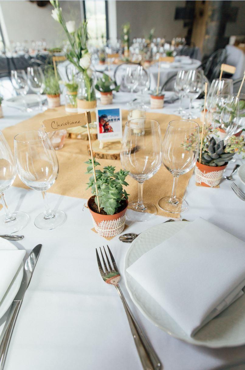 d coration de table mariage champ tre nappes blanches centre de table en toile de jute fleurs. Black Bedroom Furniture Sets. Home Design Ideas