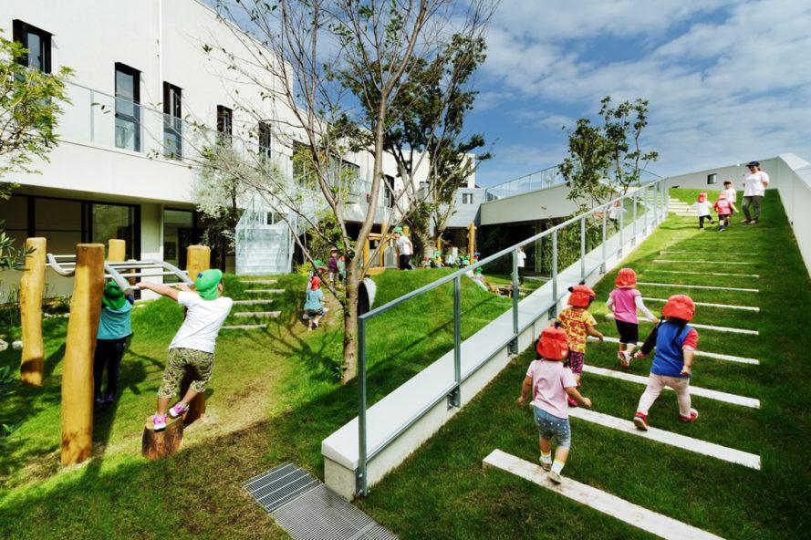 Japanese Kindergarten Features Awesome Green Courtyard Where Kids Can Run And Climb In 2020 Kindergartenentwurf Jugendzentrum Kunstunterricht Grundschule