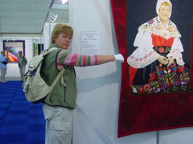 Handwerken loopt als een rode draad door mijn leven. Hier was ik Angel op het International Quilt Festival in Den Haag. Je mag dan, op verzoek, de achterkant van een quilt laten zien. Quilts aanraken is namelijk niet toegestaan.