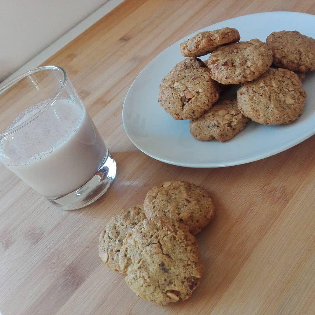 Colazione ricca oggiLatte di mandorle e biscotti di avena...Ho preparato i biscotti lavorando la farina di avena la farina di mandorle di recupero dalla preparazione del latte lolio evo il miele i fiocchi di avena le gocce di cioccolato fondente e le uova.In forno ventilato per 15 minuti a 160e la colazione  pronta.  colazione  colazionefit  colazionetime colazionesana  avena  mandorle  miele  olioevobio  biscotti  biscottiavena  lattedimandorle  almondmilk  fitnes  sport  lacolazionesana  cicli
