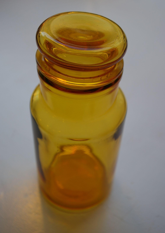 keltainen lasipurkki tiiviillä korkilla . korkeus 22cm