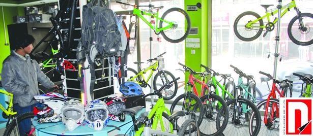 सोमवार, १ पुस २०७० भाटभटेनी स्थित एक पसलमा साइकल हेर्दै ग्राहक । यहाँ रू. ७० हजार देखि रू. ४ लाखसम्म पर्ने साइकल उपलब्ध छ । तस्वीर: अमिष रेग्मी-आर्थिक अभियान