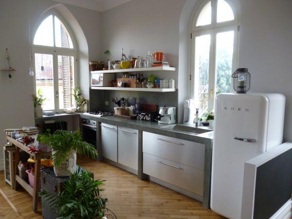 Cucina in muratura con finitura resina satinata e legno laminato ...