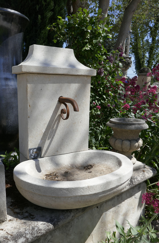 Cette charmante petite fontaine de jardin de type borne à ...