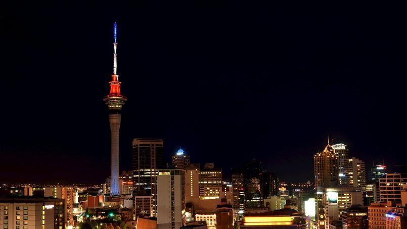 La Sky Tower d'Auckland, en Nouvelle-Zélande, a elle aussi arboré les couleurs françaises./ Á Mexico, l'Ange de l'indépendance /Le Sénat mexicain/La mairie de San Francisco s'est illuminée dans la nuit de vendredi à samedi aux couleurs du drapeau tricolore.