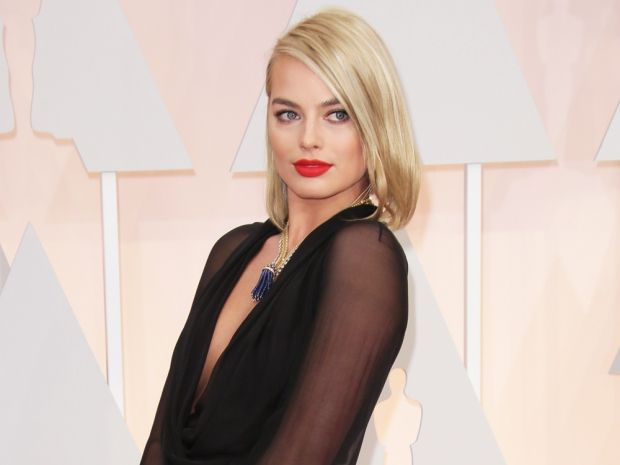 Margot robbie takes her new bob for a spin at the oscars