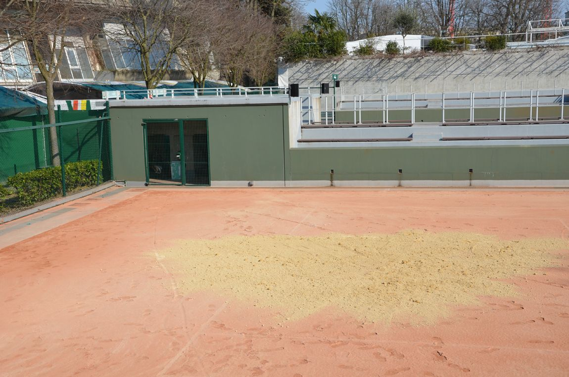 The clay courts take shape // Les courts en terre battue prennent forme.