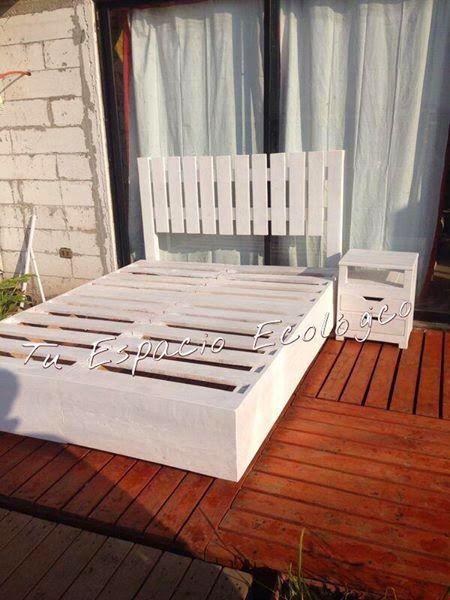 muebles de palets cama y mesita de noche hechas con