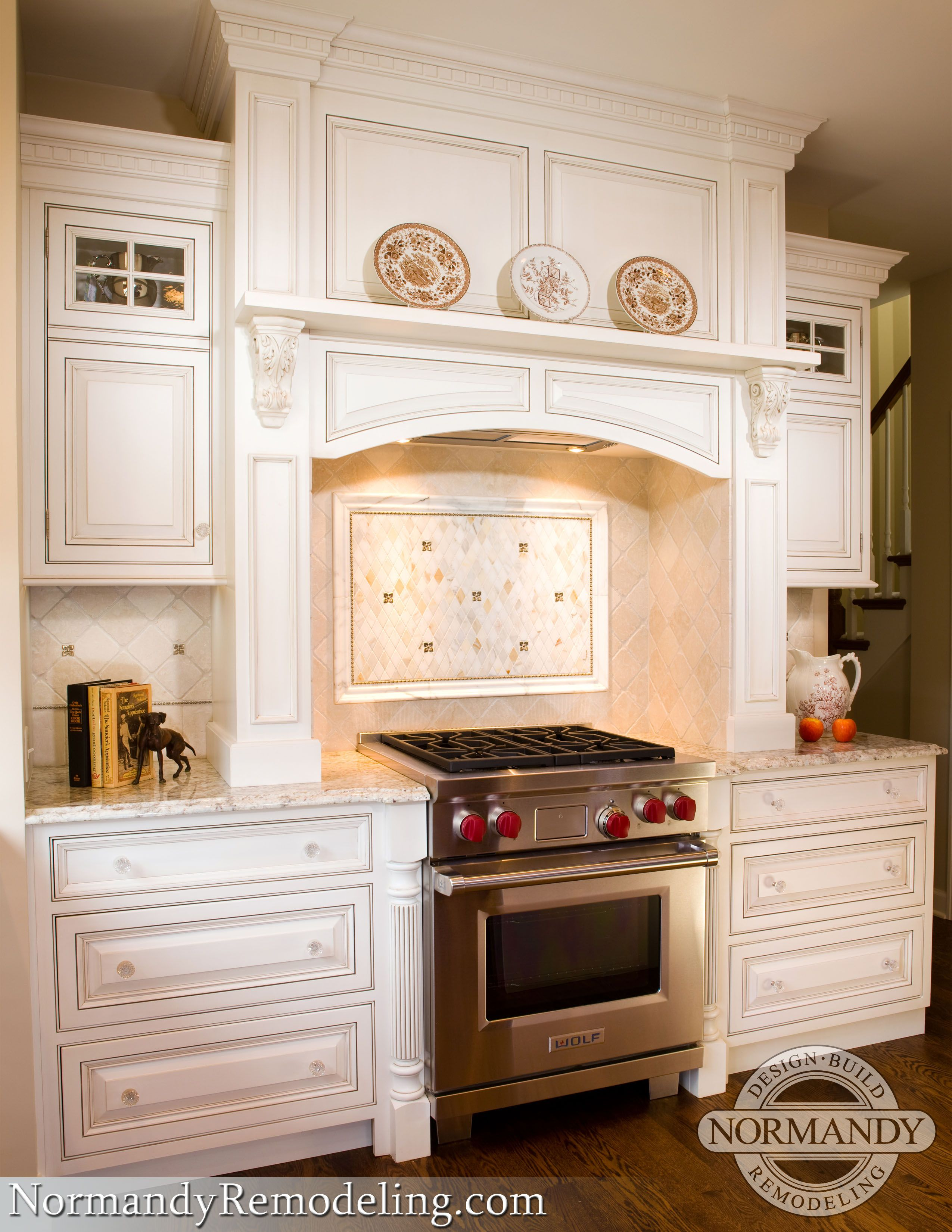 Hood that matches cabinetry finish and frames range kitchens love this framed kitchen tile backsplash that has accent tiles to match the frame dailygadgetfo Choice Image