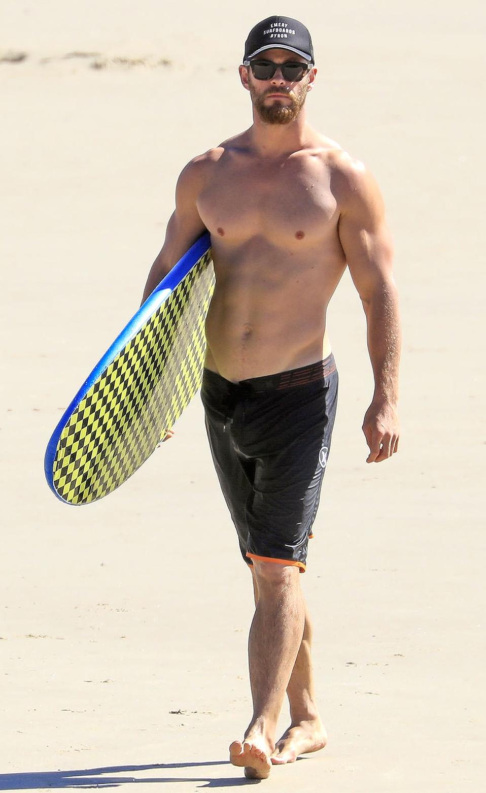 Chris Hemsworth Shirtless Surfing 1 Png 958 1 562 Pixels Chris Hemsworth Shirtless Chris Hemsworth Hemsworth