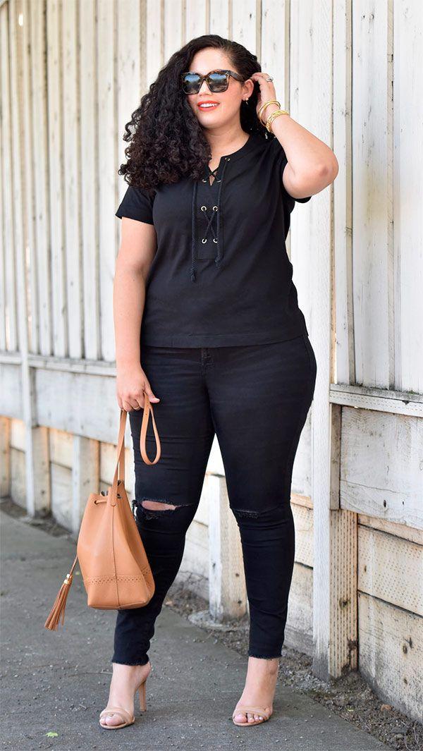 Street style look com blusa e calça preto.