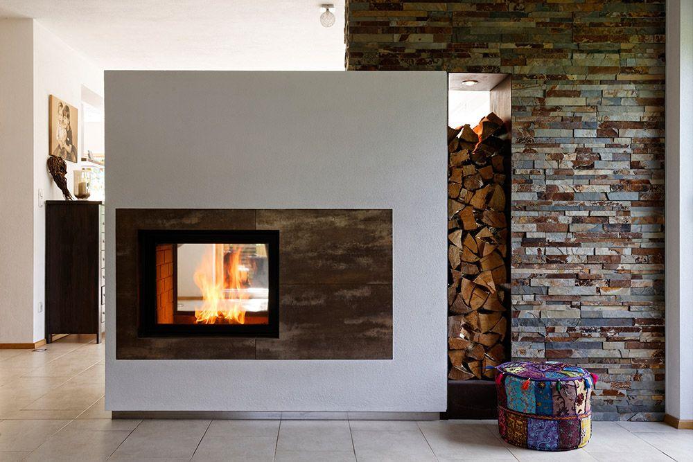 Hier sehen Sie einen modernen Kachelofen mit zwei - offene feuerstelle wohnzimmer