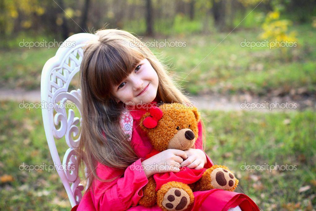 niña con un oso de peluche en el bosque de otoño - Imagen de stock: 14799705