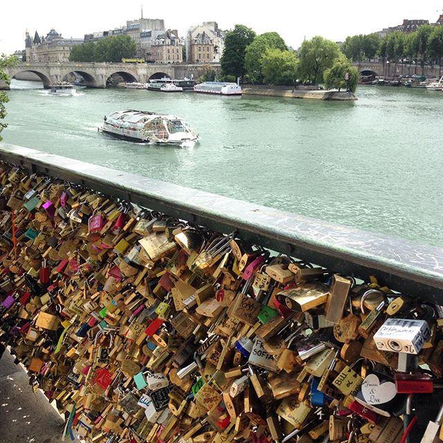 Pont Des Arts   Paris   França  A famosa Ponte dos Cadeados ❤️ ➡️️️️www.sonhandoeviajando.com  #pontdesarts #paris #franca #sonhandoeviajando