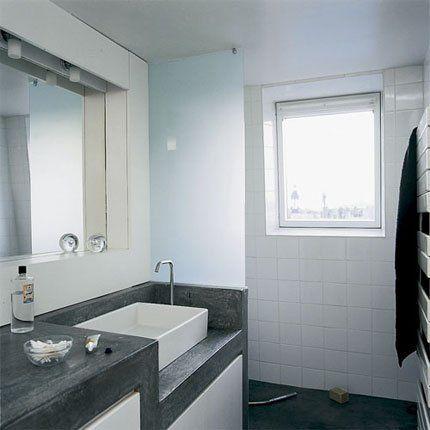 Salle de bains avec douche en carreaux blancs, sol et plan de - peindre du ciment au sol