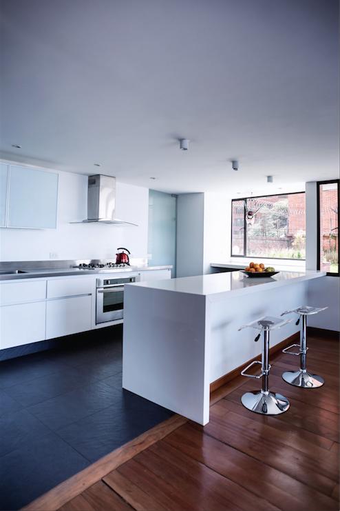 Cocina con piso negro tipo pizarra #Corona inspira   cocinas ...
