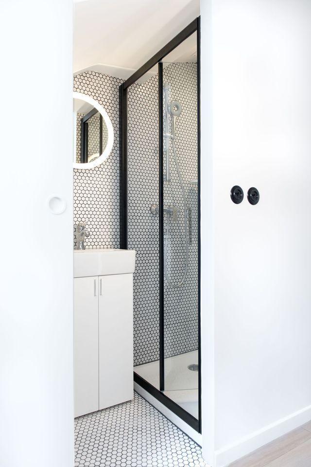 Exploiter un recoin pour installer sa douche for Cote maison salle de bain