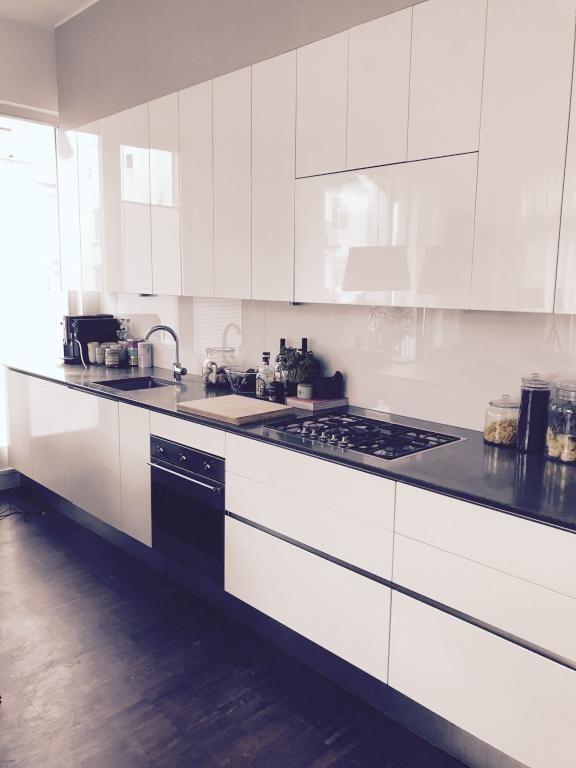 Schöne moderne Küchenzeile mit Hochglanz-Fronten und dunkler - Küchen Weiß Hochglanz