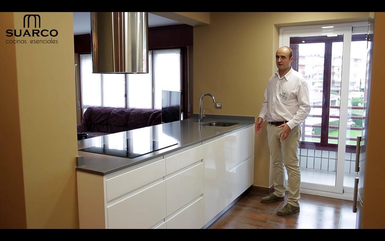 Video cocinas modernas blancas con isla sin tirador encimeras de ...