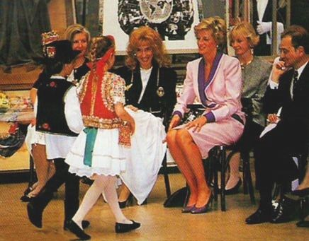 1990-05-08 Diana watches a display of traditional dancing by young children at the Castle District in Budapest, Hungary