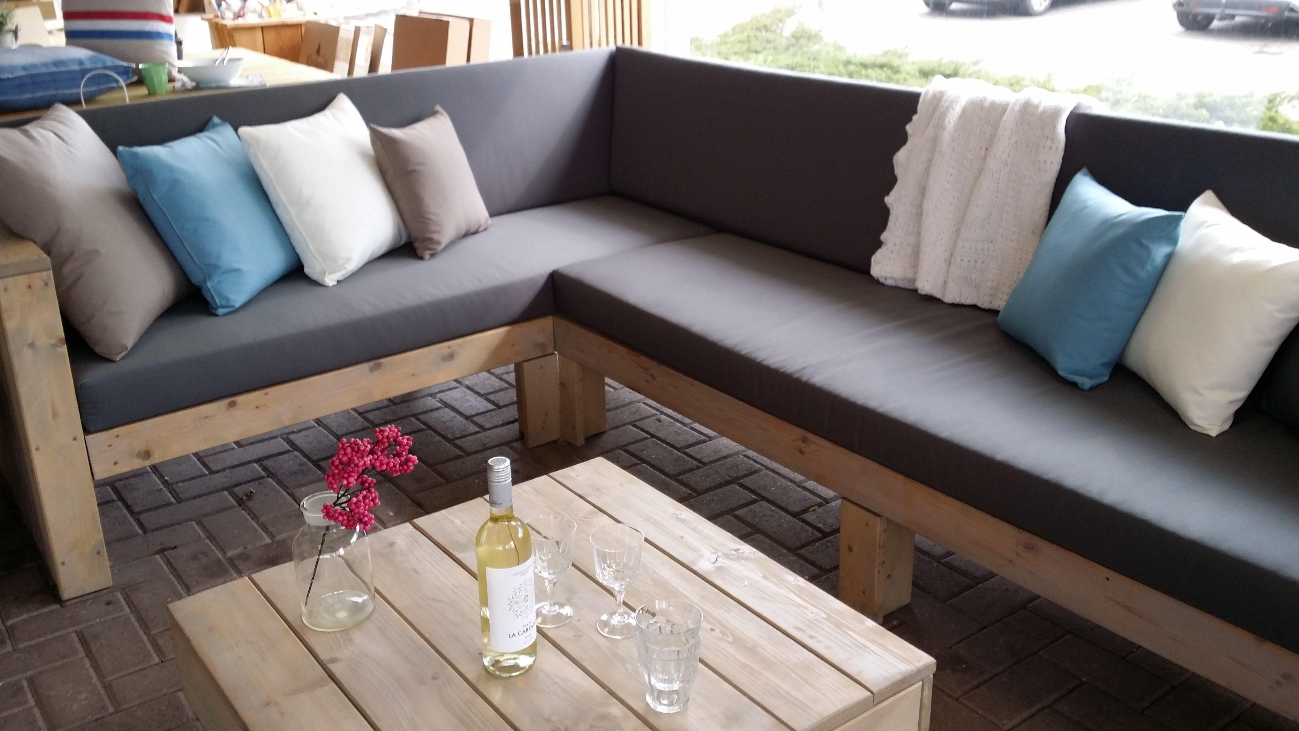 Grote loungeset van steigerhout met bijpassende kussens mooi in