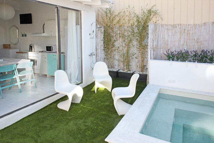 Fresca y tranquila as es esta bonita casa con mini for Decoracion piscinas exteriores