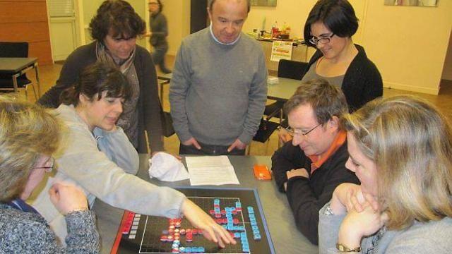 Découverte du nouveau jeu WordTov, en présence de son auteur, Michel Nizon, debout au centre.