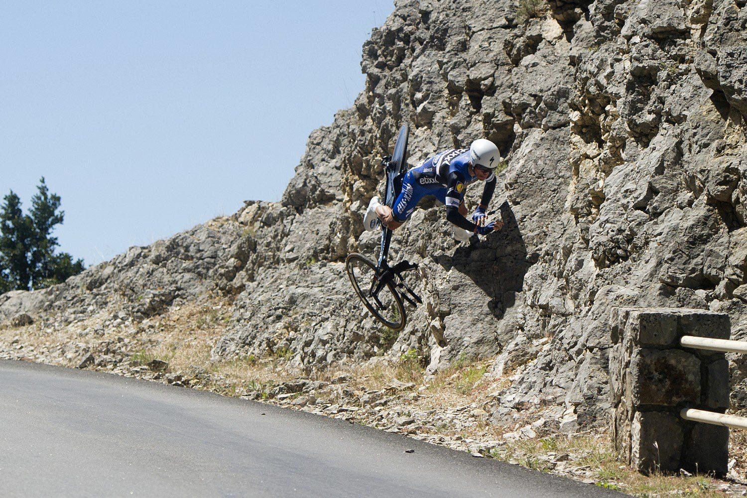 """Etixx - Quick-Step op Twitter: """"""""I believe I can fly"""" - very likely crossed @alafpolak's mind today in #TDF2016. Fortunately, he was left unscathed. https://t.co/VK2CkSVG4Z"""""""