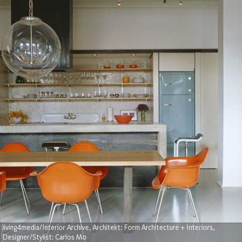 """1950 entwarf das Designer-Ehepaar Ray und Charles Eames den legendären """"Fiberglass Chair"""", den ersten industriell gefertigten Kunststoffstuhl. Die Sitzschale  …"""