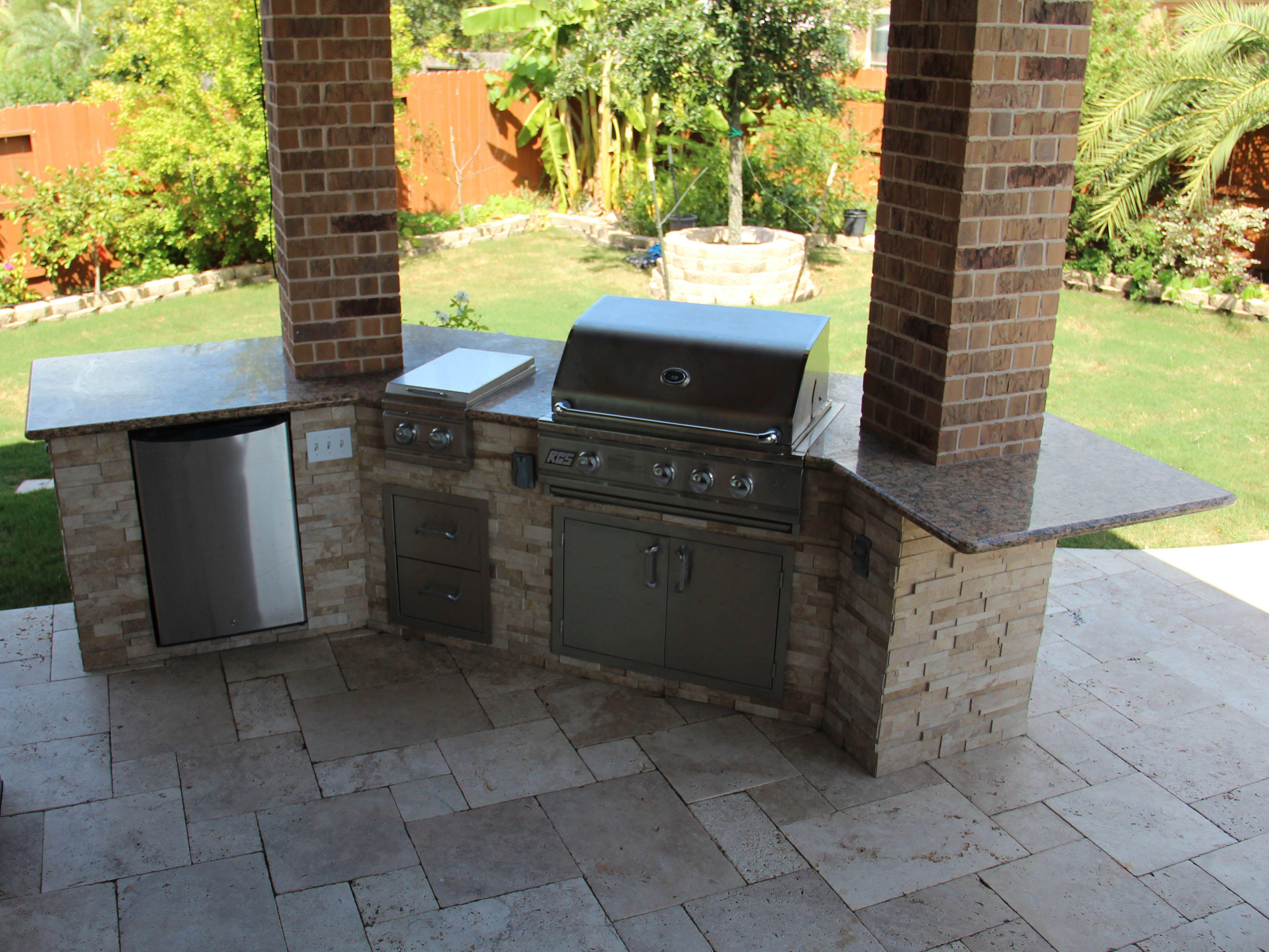 Www Customoutdoors Com Outdoor Kitchen With Refrigerator Side Burner Grill Outdoor Kitchen Outdoor Decor Outdoor