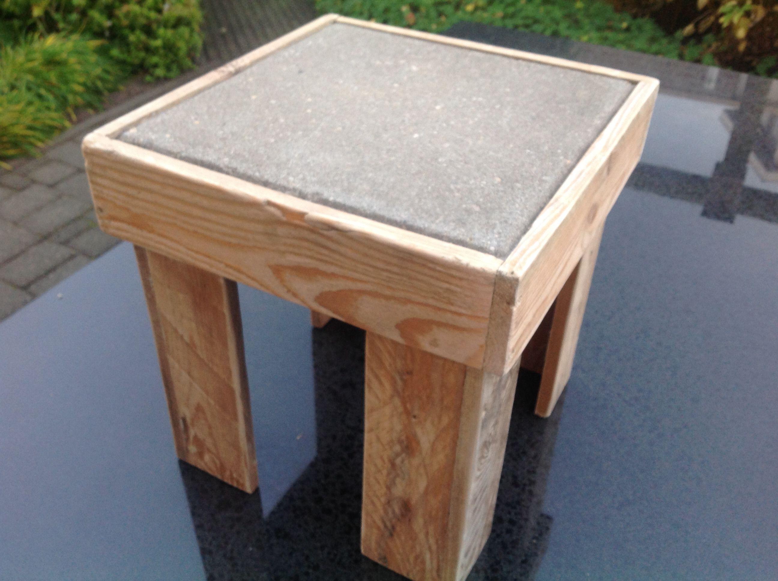 Plantentafel van pallethout met betontegel als blad