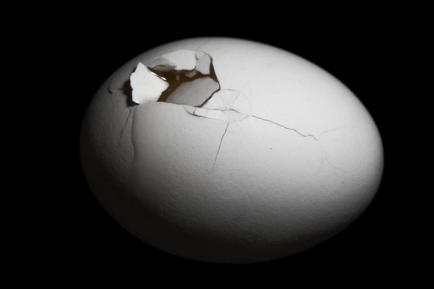 bigstock-cracked-egg-1902205.jpg (863×575)