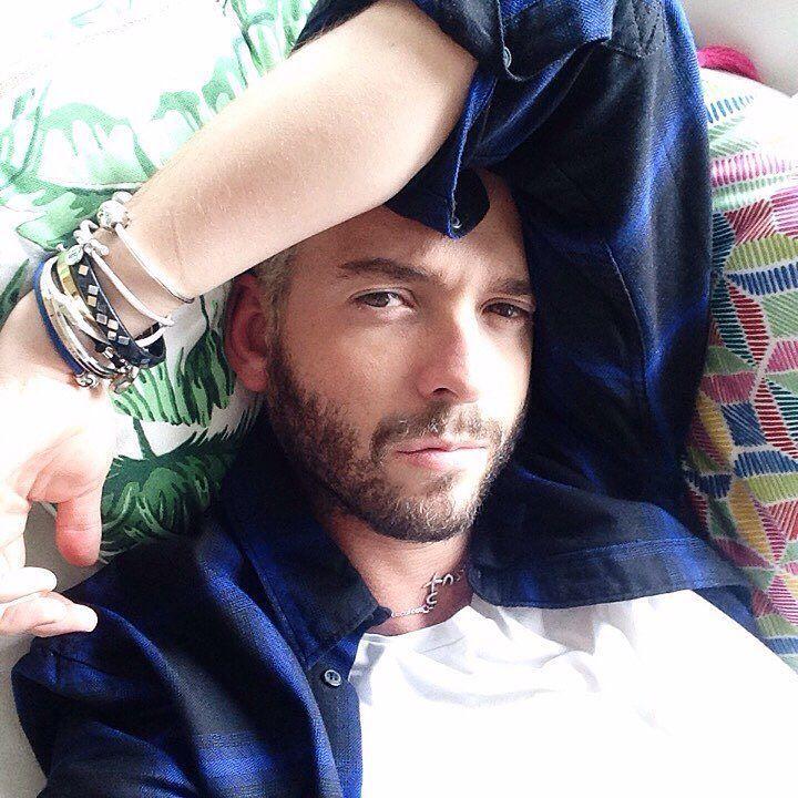 Sueño (me pongo chino y tengo los brazos muy flexibles) #siesta #tgif by arthurgilbordes