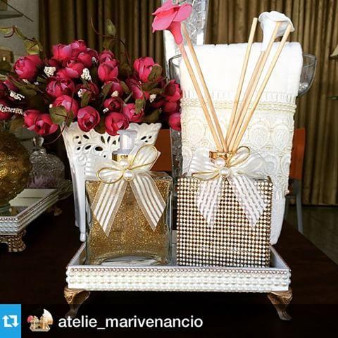 #Repost @atelie_marivenancio with @repostapp.・・・ . Lindo kit com difusor todo no strass. Um luxo. #difusor #difusoresdeambiente #sabonete #handSoap #home #homeSpray #bandeja #varetas #pérolas #strass #brilho #luxo #casa #casamento #casacheirosa#decoração #decor  #AtelieMariVenancio