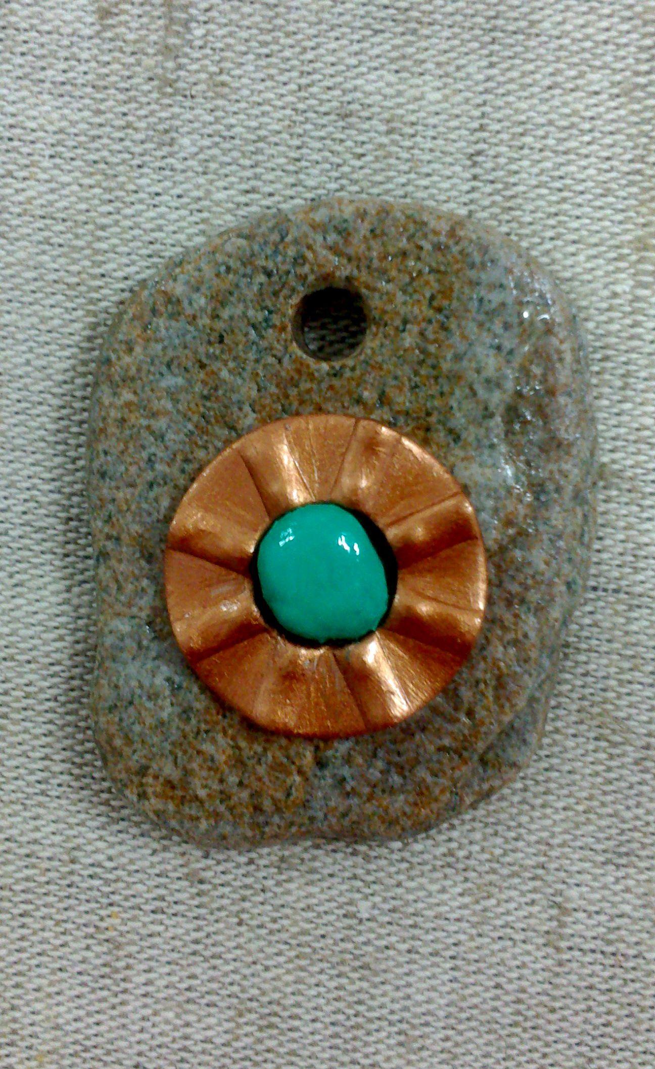 Bisuteria de piezas únicas con piedras de mar y rio y material reciclado