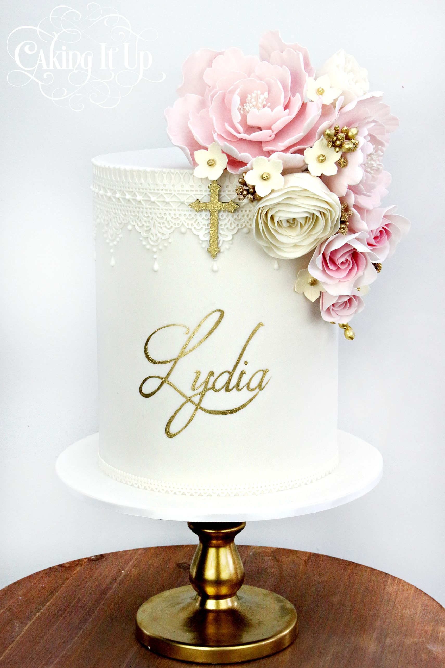 is it ok to put fresh flowers on a cake