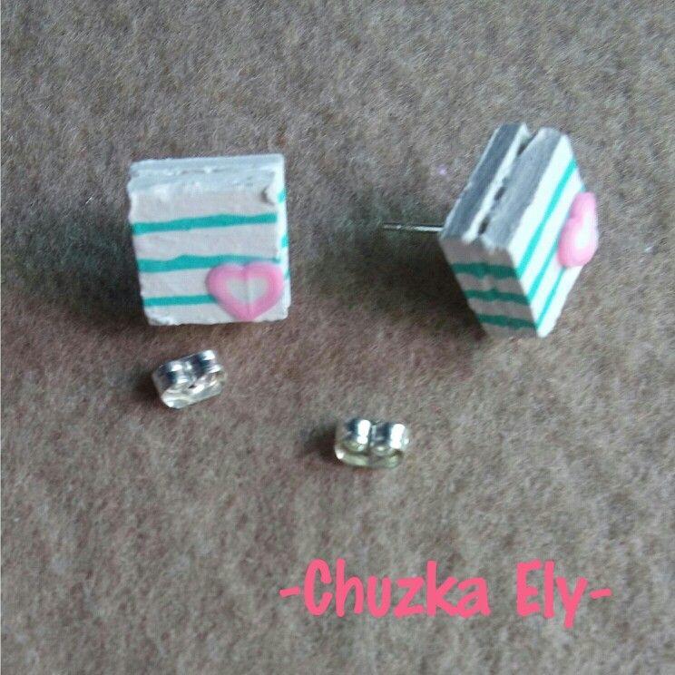Broqueles de corazón ❤ Medidas:1x1cm. Hechos de batería y pintados a mano.